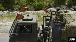 印度軍隊士兵駕駛軍車行駛在通往中印邊境加勒萬河谷的道路上。(2020年6月17日)