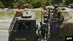 印度軍隊士兵駕駛軍車行駛在通往中印兩國邊界爆發軍事衝突地區的道路上。(2020年6月17日)