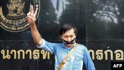 Phóng viên Pravit Rojanaphruk tự dán miệng của mình trước căn cứ quân sự ở Bankok, nơi ông bị chính quyền quân nhân triệu tập, ngày 25/5/2014.