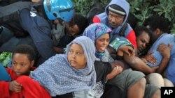 La police de Vintimille, en Italie tentent de déplacer des réfugiés érythréens et soudanais de leur campements près de la frontière française, 16 juin 2015 (AP photo)