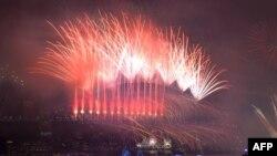 Perayaan kembang api mewarnai malam pergantian tahun baru 2018 di Harbour Bridge, Sydney, Australia (1/1).
