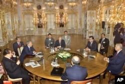 2002年6月7日,中国主席江泽民,俄罗斯总统普京和哈萨克、乌兹别克、塔吉克、吉尔吉斯领导人在俄罗斯圣彼得堡郊外的前皇宫参加上海合作组织峰会