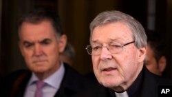 Le cardinal australien George Pell lit une déclaration aux journalistes après avoir rencontré les membres du groupe australien de parents et victimes d'abus sexuels de prêtres, à Rome, 3 mars 2016.