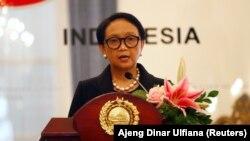 Menlu Retno Marsudi menyampaikan sambutannya saat jumpa pers bersama Menlu Jepang Toshimitsu Motegi di Jakarta, 10 Januari 2020. (Foto: REUTERS/Ajeng Dinar Ulfiana)