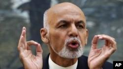 Tổng thống Afghanistan Ashraf Ghani phát biểu tại một cuộc họp báo tại phủ tổng thống ở Kabul hôm 1/10.