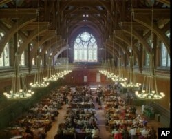 하버드대 신입생들을 위한 구내식당인 애넨버그홀. 고풍스러운 모습으로 영화 '해리포터' 마법학교 식당의 모티브가 된 것으로 알려져있다.