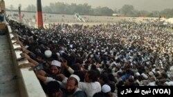 ازدحام متقاضیان ویزۀ پاکستان در میدان فوتبال شهر جلالآباد