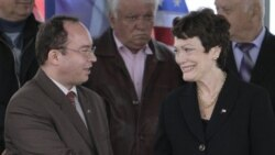 الن تاشر، معاون وزير امورخارجه آمريکا (راست) به همراه وزیر امور خارجه رومانی - ۳ مه ۲۰۱۱