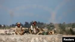 지난 8일 이집트와 남부 가자지구 사이의 국경을 지키고 있는 이집트 군인들 모습.