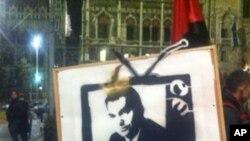 """抗议者把奥班总统的头像加上王冠,他们说媒体法会使匈牙利变成""""奥班斯坦"""""""