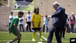 Sepp Blatter donne le coup d'envoie à un match lors de l'innauguration d'un stadedans le villade de Dura Al-Qari près de Ramalah, le 20 mai 2015.