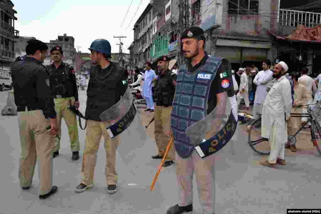 پولیس کی جانب سے مظاہرین کو بھی ہر ممکن سیکیورٹی فراہم کی گئی۔