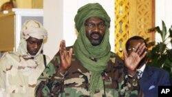 ທ່ານ ທ່ານ Khalil Ibrahim (ກາງ) ຜູ້ນໍາຂອງກຸ່ມກະບົດຂະບວນເຄື່ອນໄຫວເພື່ອຄວາມຍຸດຕິທໍາແລະຄວາມ ສະເໝີພາບ ຫລື (JEM) ທີ່ມີຂ່າວວ່າ ໄດ້ຖືກຂ້າຕາຍ ໃນລະຫວ່າງສູ້ລົບໃນວັນອາທິດມື້ນີ້ ຢູ່ໃກ້ກັບເມືອງ Wad Banda ທີ່ລັດ Kordofan ເໜືອ.