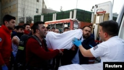 Une victime de l'incendie dans un hôpital est transportée par ambulance à Istanbul, Turquie, 5 avril 2018.