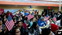 2014年11月20日人们观看奥巴马总统关于移民改革尚未电视讲话