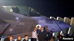 Thủ tướng Israel Benjamin Netanyahu (bên phải) đứng cạnh một chiếc máy bay tiêm kích F-35 vừa đáp xuống căn cứ không quân Nevatim, Israel, 12/12/2016.