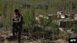 یو افغان عسکر په غزني کې د هغه ځای سره نژدې ولاړ دی چرته چې طالبانو حمله کړې ده