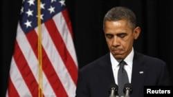 AQSh prezidenti Barak Obama Nyutaun shahrida halok bo'lgan bolalarning ta'ziya marosimida qatnashdi, 16-dekabr, 2012-yil.