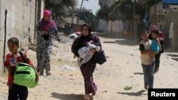 wapalestina wakitoroka makazi yao kuhofia mashambulizi makali ya israel huko Rafah.