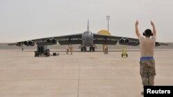 Un bombardier B-52 de l'US Air Force sur la base aérienne d'Al Udeid, au Qatar, le 9 avril 2016. Ces bombardiers sont destinés à la lutte contre le groupe Etat islamique en Irak et en Syrie.