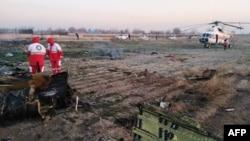 Gambar yang dirilis oleh Bulan Sabit Merah Iran tampak tim SAR di lokasi jatuhnya pesawat Ukraina yang membawa 176 penumpang, dekat bandara Imam Khomeini di Teheran, Iran, 8 Januari 2020.