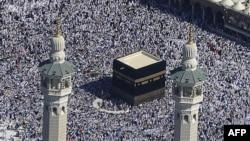 Tín đồ Hồi giáo hành hương đi bộ quanh Kaaba, một tòa kiến trúc khổng lồ hình khối nơi kết Viên Đá Đen, di vật linh thiêng nhất trong đạo Hồi, ngày 7/11/2011