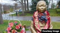 2차 세계대전 당시 일본 정부가 저지른 위안부 역사를 알리기 위해 캐나다 토론토한인회관에 세워진 '평화의 소녀상.'