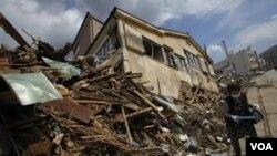 Japón volvió a temblar el día en que se cumple un mes del devastador terremoto del pasado 11 de marzo de 2011.