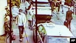 Dalam foto yang dibagikan Polisi Federal Belgia tanggal 7 April 2016, tersangka ketiga pemboman di Brussels bulan lalu (dalam kotak hitam) terlihat di bandara setelah peledakan.