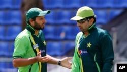 پاکستانی کپتان مصباح الحق اور شاہد آفریدی (فائل فوٹو)