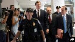 Viši savetnik Bele kuće Džered Kušner dolazi na Kapitol Hil u pratnji svog advokata.
