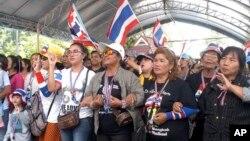 Người biểu tình chống chính phủ hô khẩu hiệu trong cuộc biểu tình phản đối cuộc bầu cử trong tỉnh Songkhia, miền nam Thái Lan