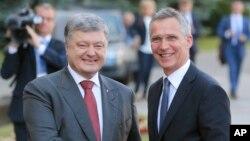 페트로 포로셴코 우크라이나 대통령(왼쪽)과 옌스 스톨텐베르크 나토 사무총장이 10일 우크라이나 키예프에서 만났다.