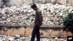 (Ảnh tư liệu) - Một người dân Campuchia đứng tại Cánh đồng Chết, nơi nhiều người dân đã bị chế độ Khmer Đỏ giết chết.