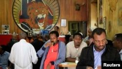 Para pengunjung bar kopi Tamoka di Addis Ababa.