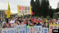 抗議民眾和標語 (美國之音記者 張永泰拍攝)