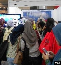 Booth VOA termasuk yang ramai dikunjungi para peserta 'Pesta Blogger' ON-OFF 2011 di Jakarta (3/12).