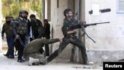 Ozod Suriya armiyasi jangchilari Assadning askarlari bilan olishmoqda. Halab, 30-dekabr.