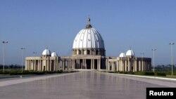 """La basilique """"Notre-Dame de la Paix"""", l'une des plus grandes du monde, a été construite à Yamoussoukro, en Côte d'Ivoire, de 1986 à 1989, pour un coût estimé à 400 millions de dollars. L'édifice est une replique de la basilique Saint-Pierre de Rome."""