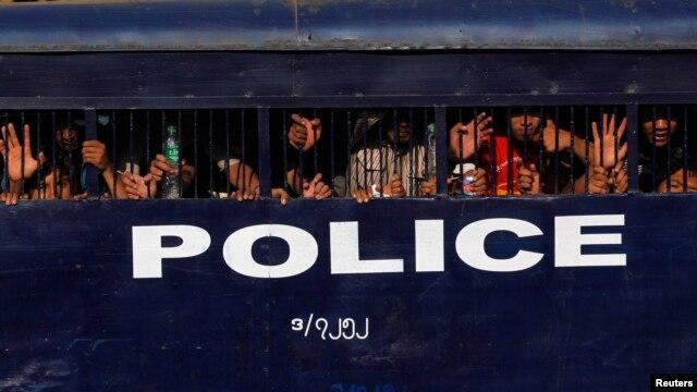 ဖမ္းဆီးထိမ္းသိမ္းခံရတဲ့ လက္ပံတန္းေက်ာင္းသားမ်ား။ (မတ္လ ၁၀ ရက္ ၊ ၂၀၁၅)
