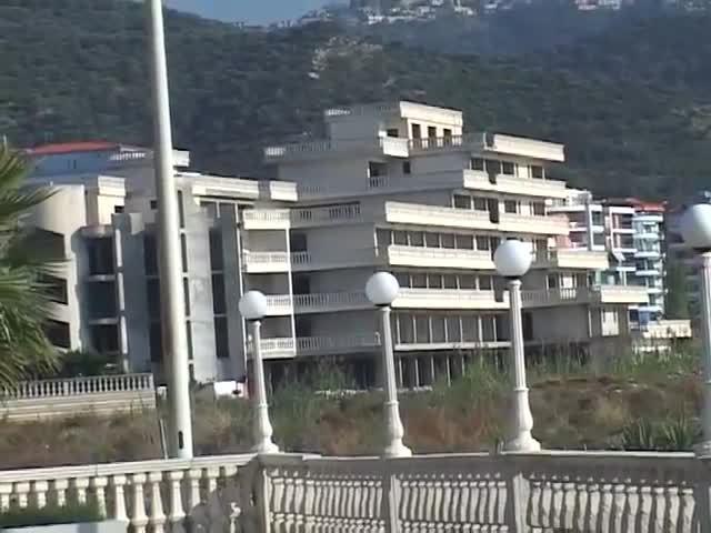 Shembet një ndërtim pa leje në Vlorë