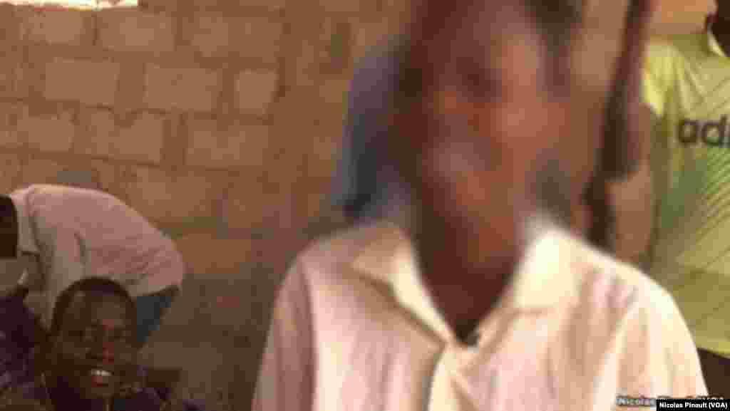 Ibrahim, 14 ans. Ce mineur a été kidnappé par Boko Haram pendant deux ans avant de réussir à s'enfuir, Diffa, Niger, le 17 avril 2017 (VOA/Nicolas Pinault)