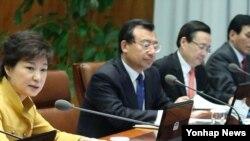 박근혜 한국 대통령(왼쪽)이 29일 청와대에서 수석비서관회의를 주재하고 있다.