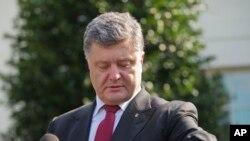 Tổng thống Ukraine Petro Poroshenko nói chuyện với phóng viên báo chí sau cuộc hội đàm với Tổng thống Hoa Kỳ Barack Obama, 18/9/14