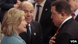 Clinton aseguró que mientras en Estados Unidos hay muchas calles, escuelas y barrios que honran al revolucionario Bolívar, en Venezuela se encuentra la Plaza Washington en nombre del independentista estadounidense.