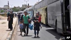 叙利亚居民离开阿勒颇省的贾拉布卢斯市,前往霍姆斯省。