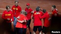 Petenis Belgia David Goffin dan Steve Darcis merayakan kemenangan tim nasional Belgia atas tim Australia dan maju ke babak final Piala Davis, 17 September 2017. Belgia akan berhadapan dengan Perancis di final Piala Davis.