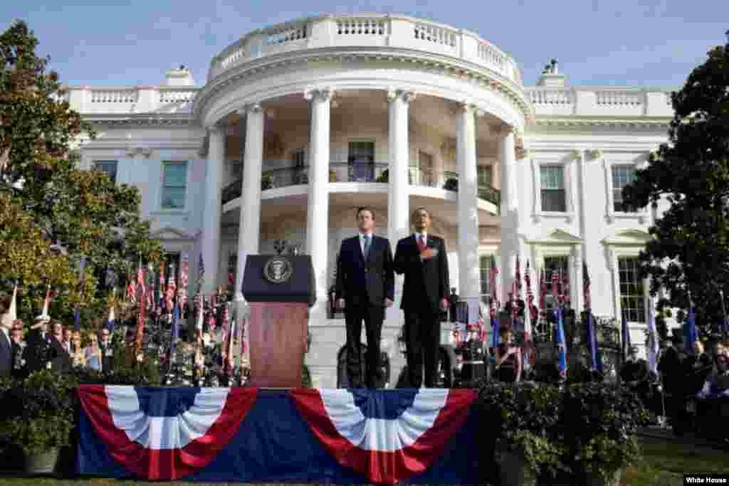 Le président Barack Obama et le Premier ministre britannique David Cameron lors d'une cérémonie d'accueil à la Maison-Blanche le 14 mars 2012 (White House/Pete Souza)