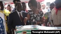 Le président zimbabwéen Robert Mugabe, à gauche, et sa femme Grace coupent un gâteau d'anniversaire, à Masvingo, à environ 300 kilomètres au sud de Harare, 27 février 2016.