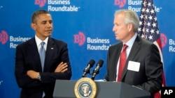 Presiden AS Barack Obama bersama CEO Boeing, James McNerney, Jr. (kanan) dalam pertemuan Business Roundtable di di Washington DC (18/9).
